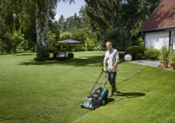 Der Bosch Rasenmäher Rotak 43 schafft gute 800m² Rasenfläche